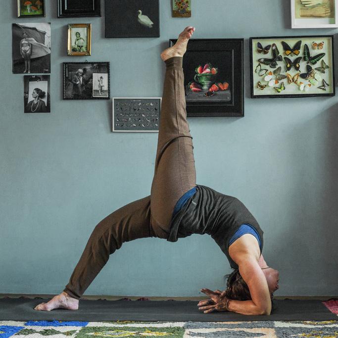 stafhouding met een been omhoog yoga
