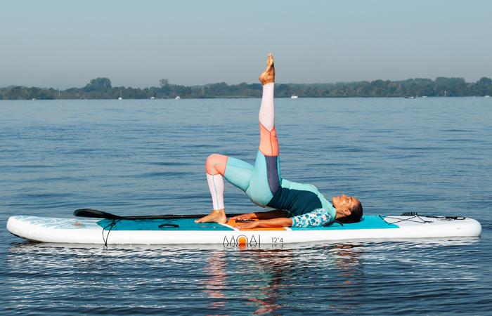 sup yoga-variant op de brug