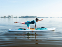 Speelse SUP yoga voor focus en balans