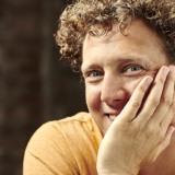 Jochem Myjer: 'Ik kan lijkbleek op de mat stappen en er met kleur vanaf komen'