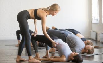 Adjustments tijdens de yogales, wat vind jij?