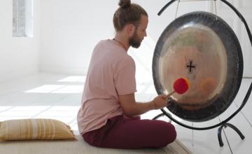 Yogapsychologiesessie om tot rust te komen (met gongbad)