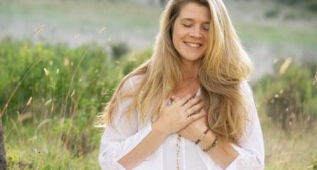 Menstruatieklachten? Deze yogatips helpen je!