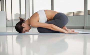Last van je hormonen? Deze yogatips helpen je!